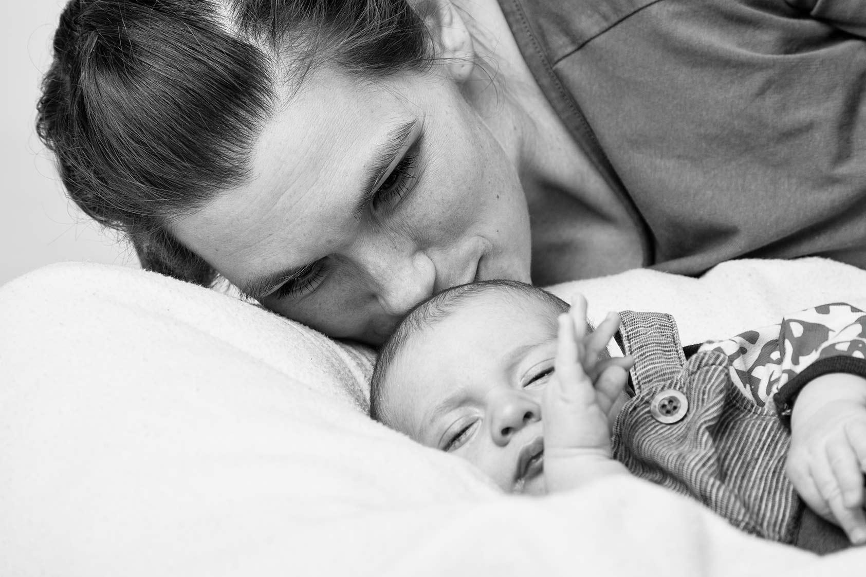 Kind mit Mama im Fotostudio Svensson