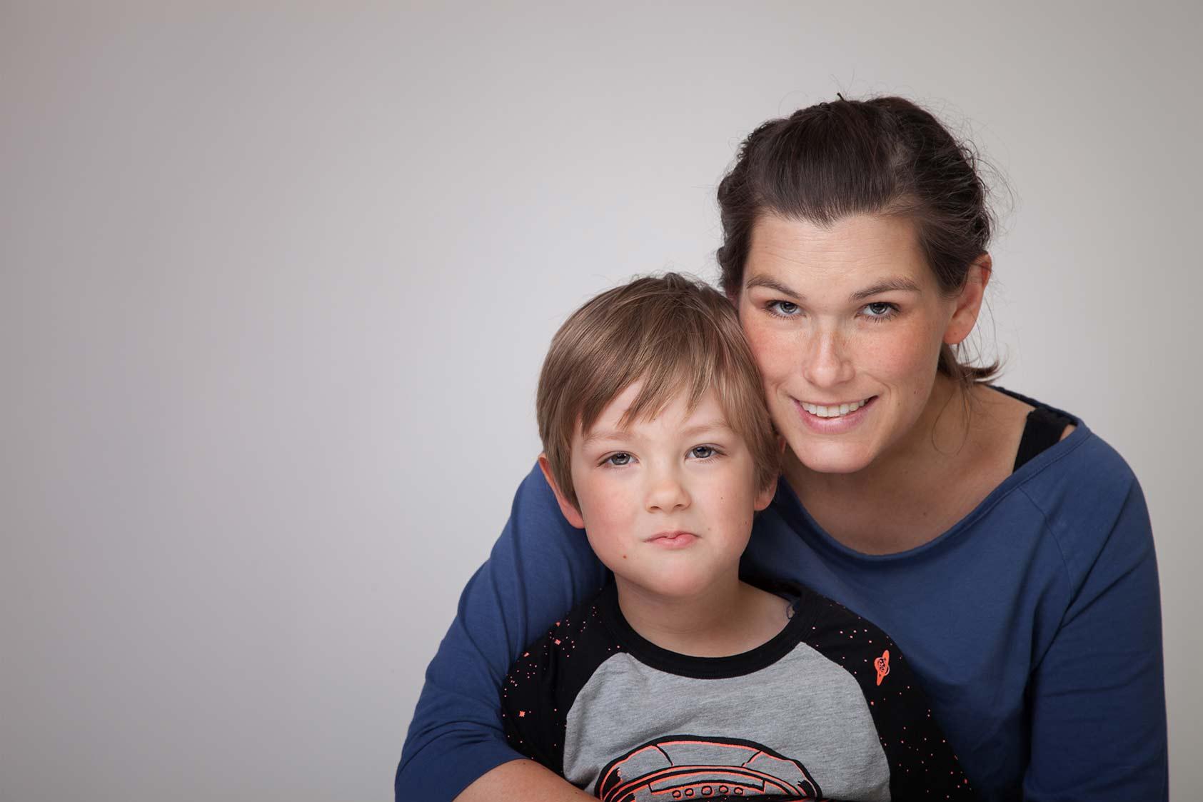 Mama und Sohn vor der Kamera