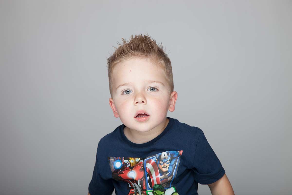 Kleiner Junge im Fotostudio