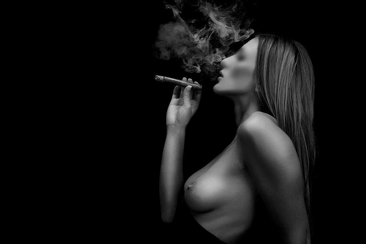 Aktfotografie rauchende Frau