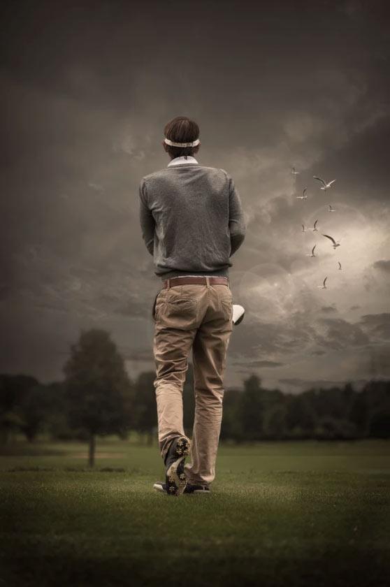 Golfspieler vor schönem Himmel