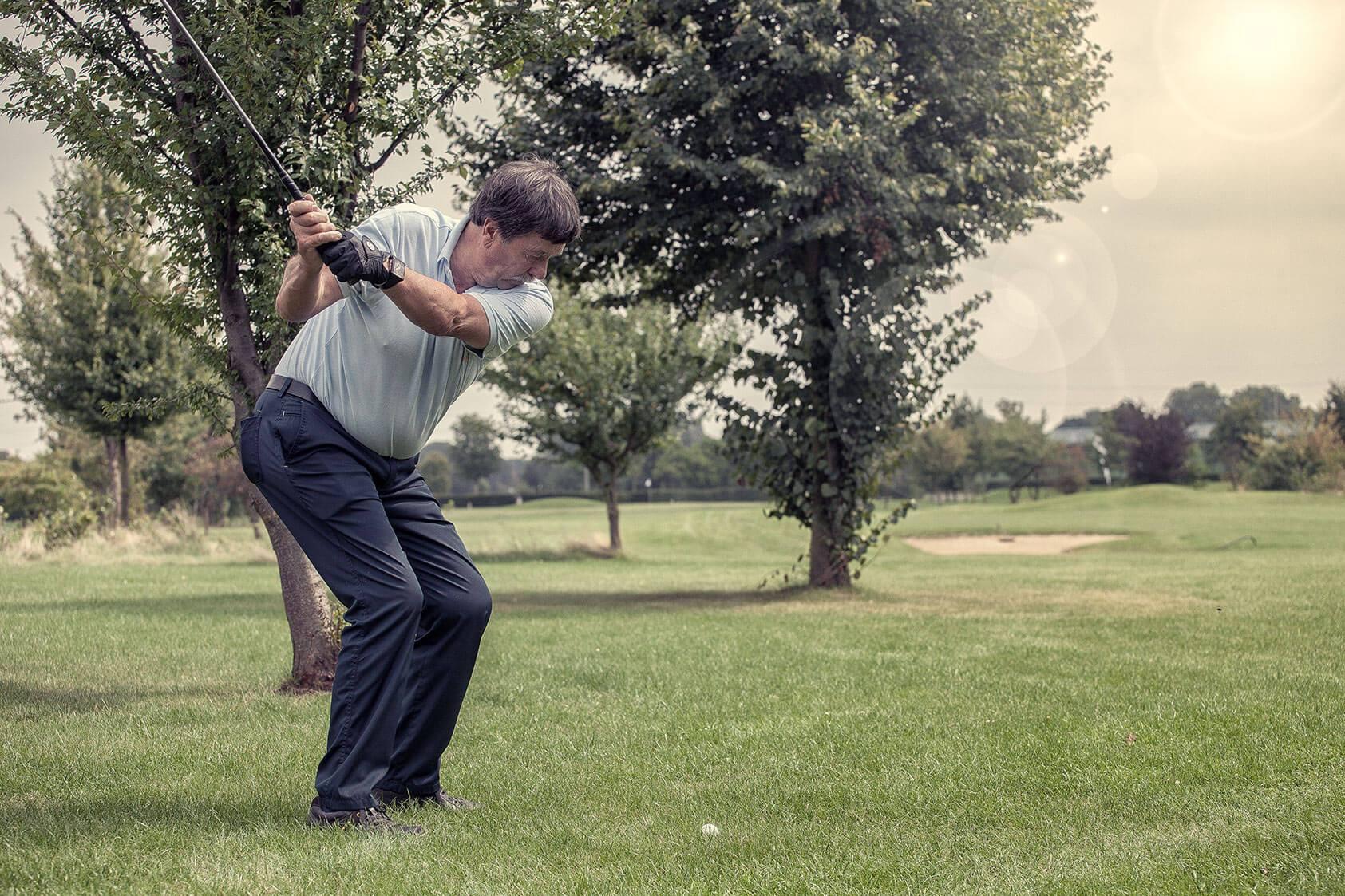 Golfspieler beim Golfschlag