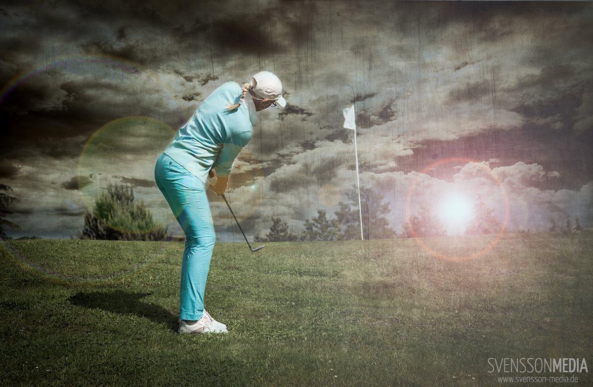 Golfspielerin beim Chip