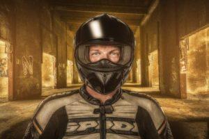 Motorradfahrer im Fotostudio