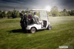 Mit dem Golfcart auf dem Golfplatz