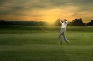 Golfspielen bei Sonnenuntergang