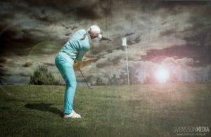Golfspielerin mit schönem Schwung