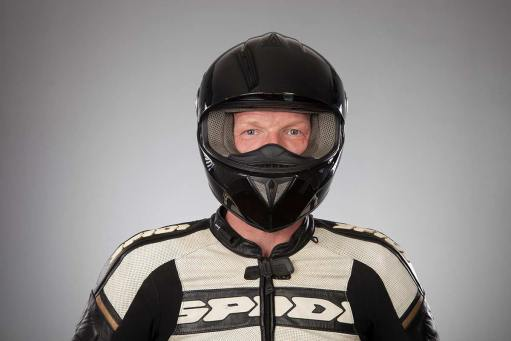 Motorradfahrer lässt sich fotografieren