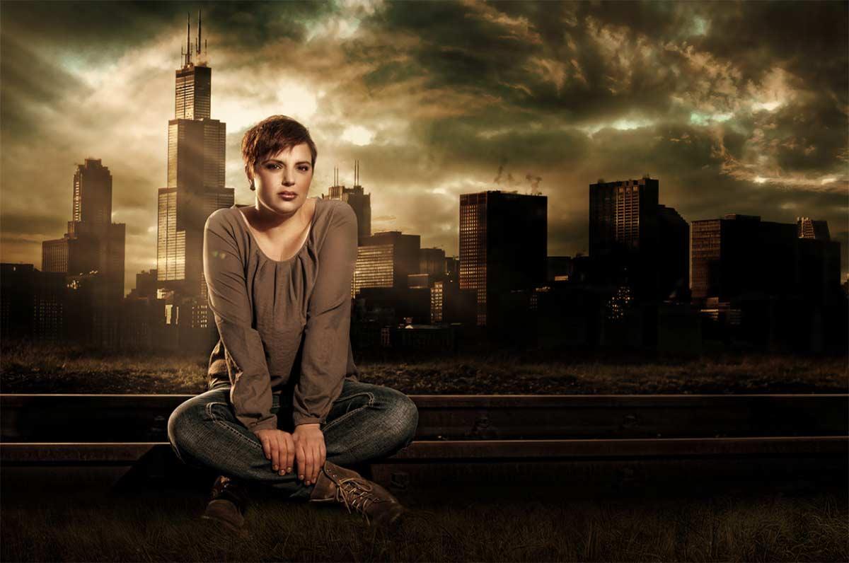 Frau vor einer Skyline
